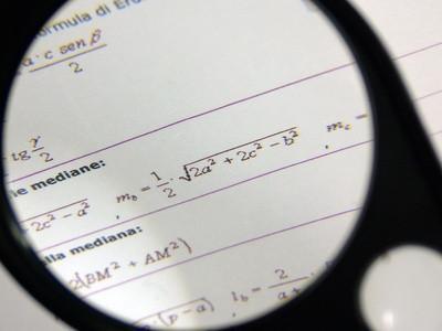 Vad är den verkliga skillnaden mellan TI 83 och TI 84 grafräknare?