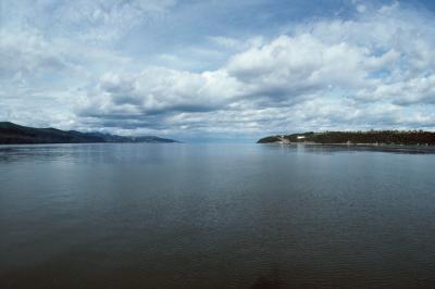 Hur man redigerar bilder med moln och sjöar